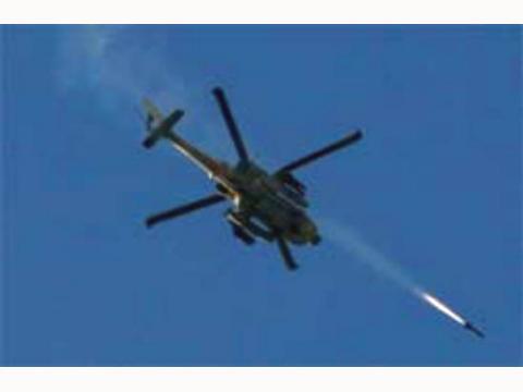 """مضادات كتائب """"القسام"""" تجبر مروحية إسرائيلية على الهبوط اضطراريا بعد إصابتها"""