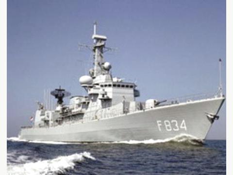 إيران ترسل سفينتين حربيتين لمواجهة القراصنة في خليج عدن