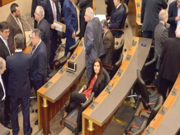 انتخاب الرئيس اللبناني مؤجل… ولا مبادرات لبري وجنبلاط