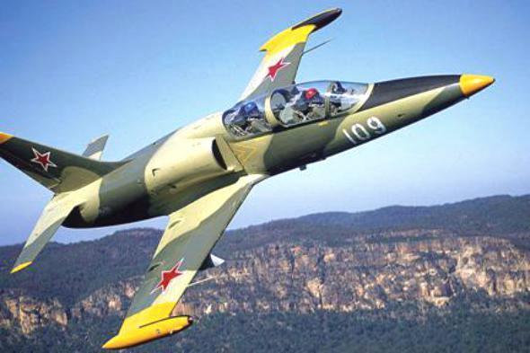 تحطم طائرة عسكرية في مربضها بقاعدة العند جنوبي اليمن