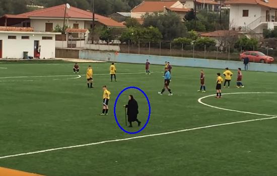 بالفيديو.. امراة عجوز تتسبب بإيقاف مباراة لكرة القدم في اليونان!