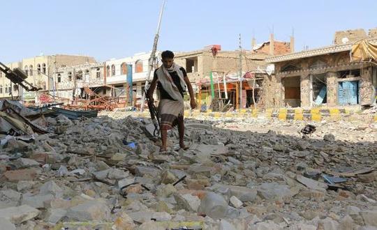 """الحوثيون يقصفون تعز وحقوقيون يعتبرون الحصار """"جريمة إبادة"""""""