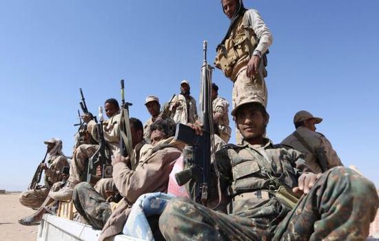 الجيش يتسلم المنشآت والمؤسسات الحكومية في تعز