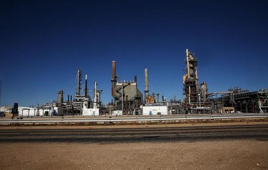 أسعار النفط ترتفع بسبب هبوط الدولار