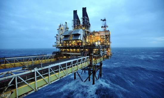 النفط يقترب من أقل مستوياته في 11 عاما