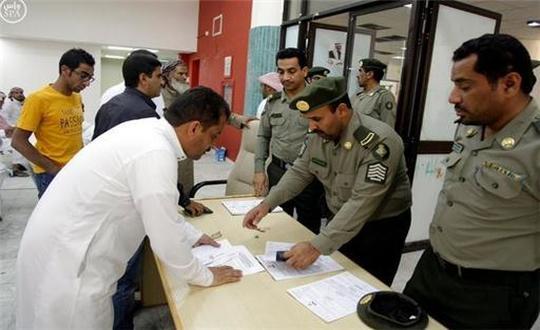الجوازات السعودية تمدد هوية زائر الممنوحة لليمنيين إلكترونيا
