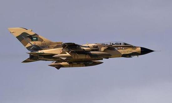طيران التحالف يقصف معسكر العمالقة في عمران