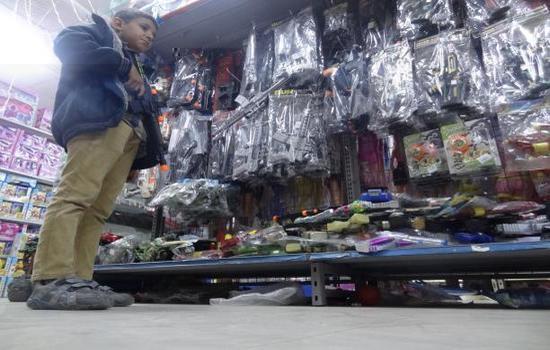 """أطفال اليمن لا يلعبون """"عريس وعروس"""""""