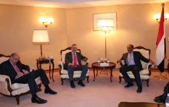الفريق علي محسن يلتقي السفير البريطاني ويؤكد على تنفيذ القرار 2216