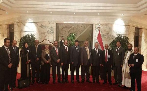 وفد الحكومة يعلق مشاركته في مشاورات الكويت
