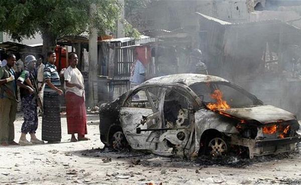 مقتل وإصابة 8 أشخاص بانفجار سيارة ملغومة في مقديشو