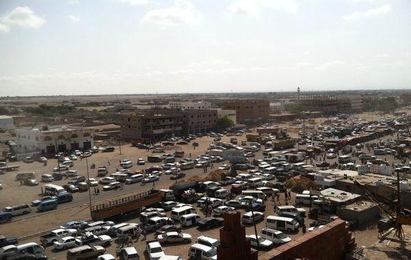 هكذا زحف المواطنون من عدن إلى لحج لشراء القات (صور)