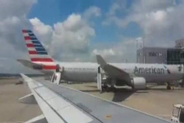 إخلاء طائرة أمريكية في مطار لندن بعد اندلاع حريق فيها (فيديو)
