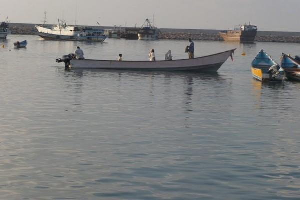 أمن المهرة يحتجز سفينة صيد تقوم بعملية الجرف العشوائي
