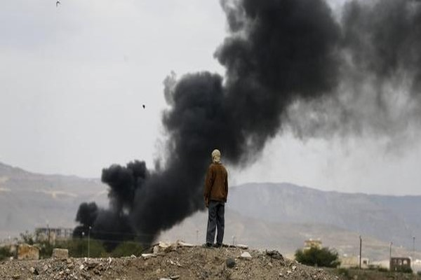 """طيران التحالف يقصف معسكر """"العمالقة"""" في عمران"""