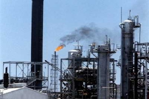 النفط يهبط 2% والخام الأمريكي يتجه لأكبر خسارة شهرية في عام