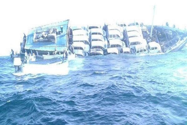 """غرق سفينة تحمل علم """"بنما"""" وإنقاذ طاقمها قرب ميناء المكلا"""