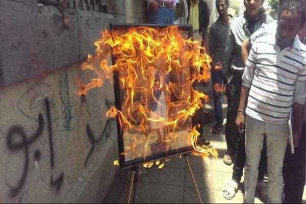 فنان تشكيلي يحرق لوحاته بعد منع معرض له بصنعاء