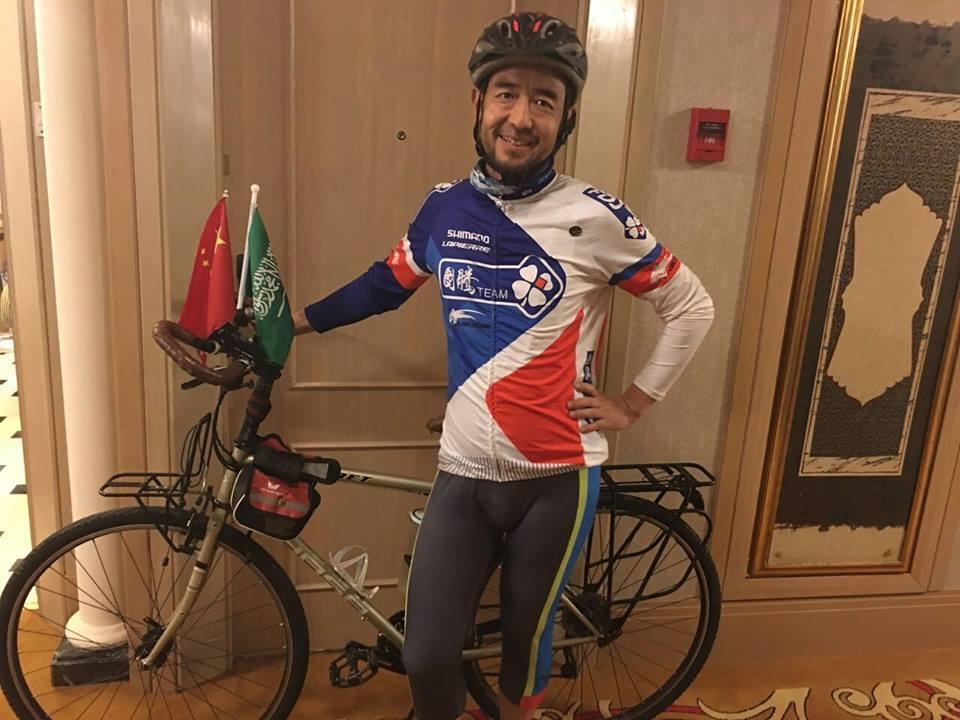 بالفيديو والصور.. مسلم صيني يقطع 8 آلاف كيلومتر للوصول إلى الحج على دراجة هوائية