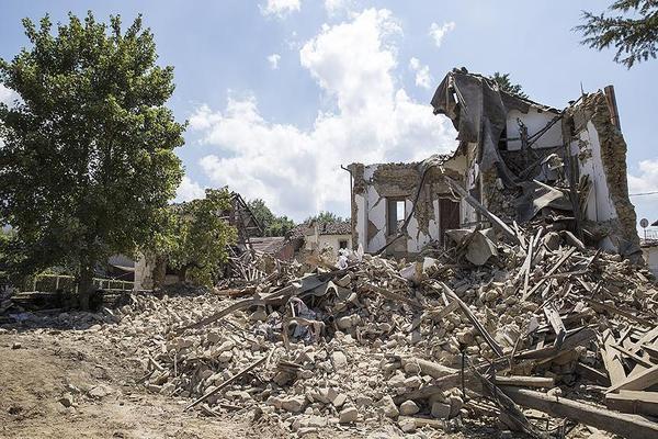 انهيار مبان في ايطاليا إثر زلزال قوي