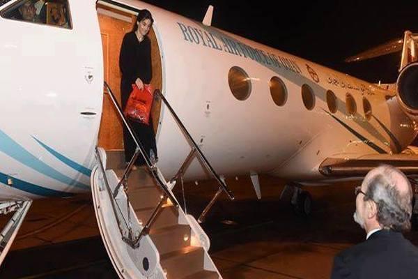 صور.. لحظة وصول موظفة الصليب نوران حواص الى مسقط بعد الإفراج عنها في اليمن