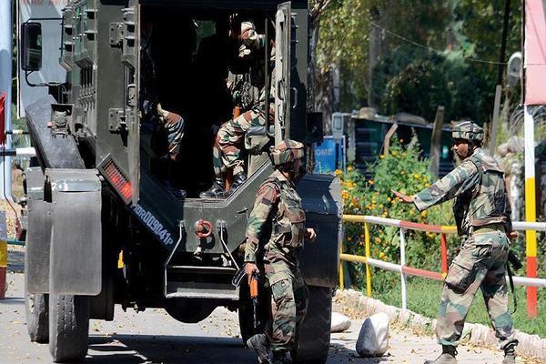 اشتباكات عنيفة بين الجيشين الباكستاني والهندي أسفرت عن قتيلين