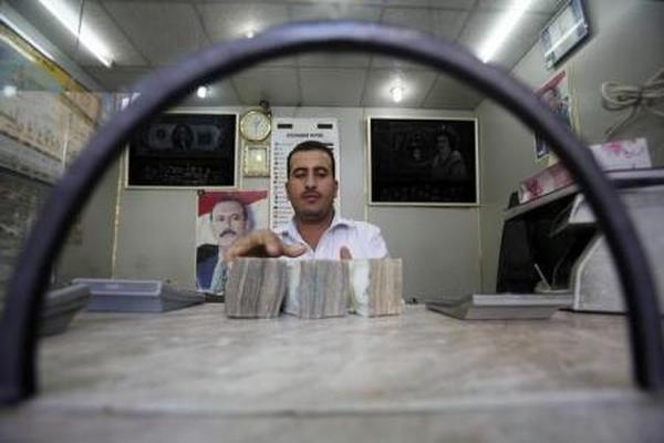 البنك الأهلي في عدن يطرح مبالغ بالدولار في مزاد لتوفير السيولة