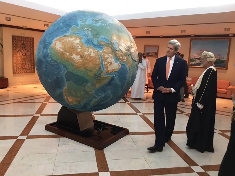 السلطان قابوس يستقبل كيري للتباحث حول اليمن ويمنحه وسام عُمان