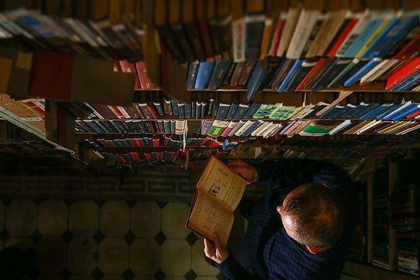 أزمة الرواتب: مكتبة حسن عبدالوارث للبيع.. الغذاء مقابل الكتاب
