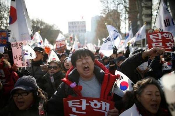 محافظون في كوريا الجنوبية يتظاهرون دعما للرئيسة