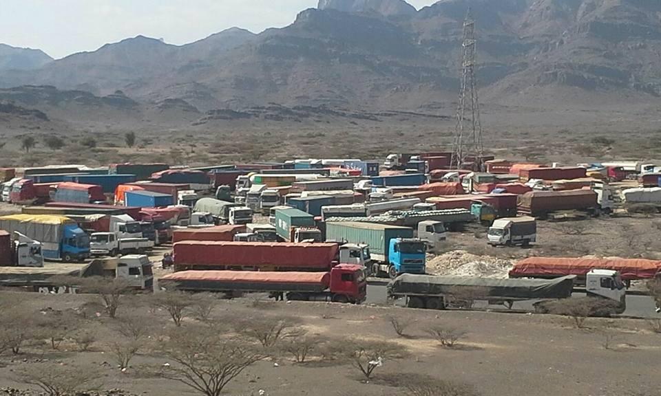 سائقو شاحنات النقل الثقيل يحتجون على رسوم بنقاط التفتيش في الضالع