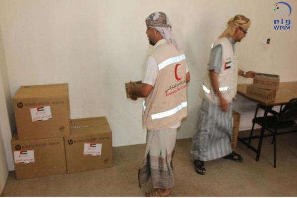 الهلال الأحمر الإماراتي يسلم مركز محو الأمية بالمكلا معدات وأجهزة ومستلزمات مكتبية