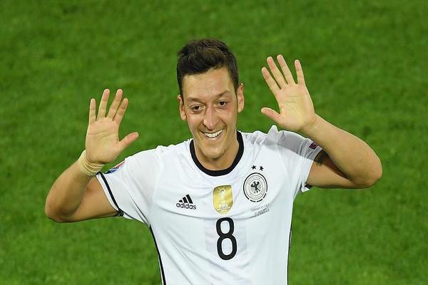 مسعود أوزيل يعتزل اللعب دولياً بعد هزيمة المنتخب الألماني بروسيا