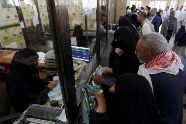 نذر انتفاضة مطلبية في صنعاء: أزمة الرواتب تخنق الموظفين