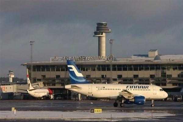 فيديو مؤثر.. فتاة سويدية تعرقل ترحيل لاجئ على متن طائرة