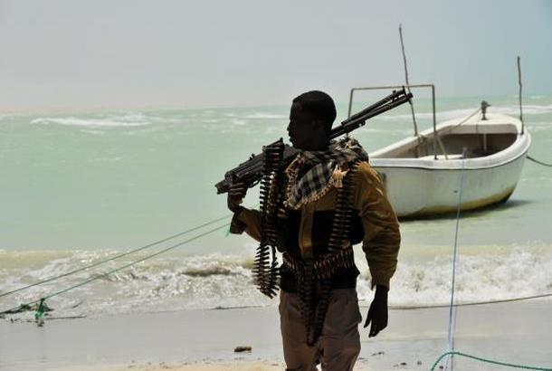 الملاحة الدولية في خطر… القراصنة يحومون حول باب المندب