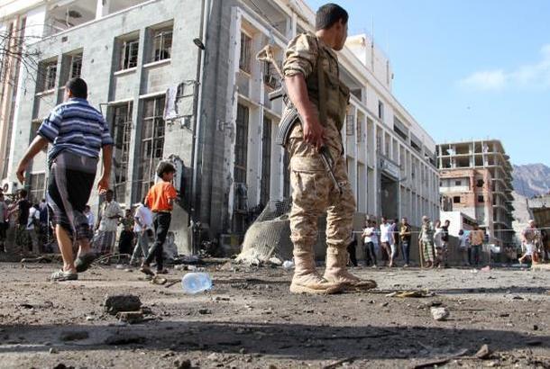 انفجارات ضخمة تهز أحد معسكرات الجيش في عدن