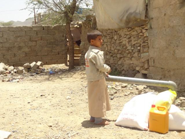 توزيع 12 طناً من السلال الغذائية للنازحين في عدن