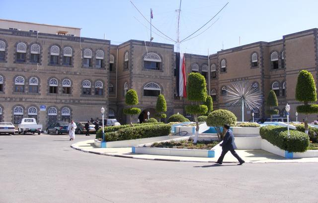حكومة بن حبتور تصادر إيرادات الواجبات الزكوية في أمانة العاصمة والأخيرة تحتج