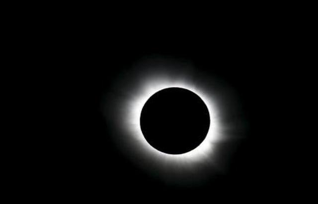 بدء كسوف كلي نادر للشمس في أمريكا.. فيديو مباشر