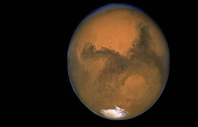 علماء: مخزون هائل من المياه في المريخ يؤكد إمكانية الحياة