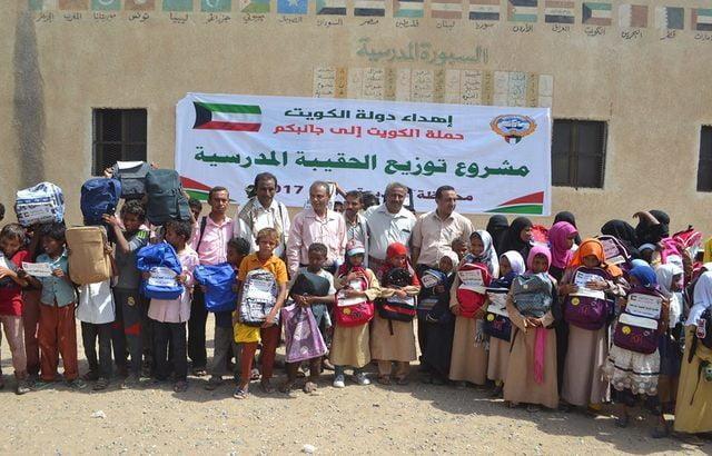 حملة الكويت إلى جانبكم توزع 2684 حقيبة مدرسية بالمراوعة في الحديدة