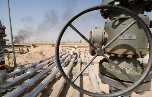 النفط ينزل لكن يظل قرب أعلى سعر في عامين ونصف العام