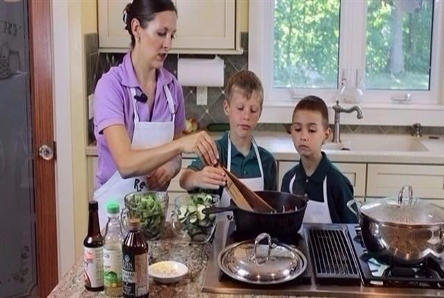 دراسة أمريكية: إرهاق الآباء يحرم الأطفال من الأكل الصحي
