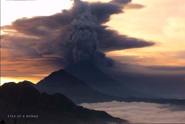 بركان بالي في أندونيسيا يثور مجدداً ويثير الرعب.. فيديو
