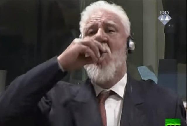 بالفيديو لحظة تجرعه السم.. وفاة المتهم بجرائم حرب البوسنة سُماً في المحكمة