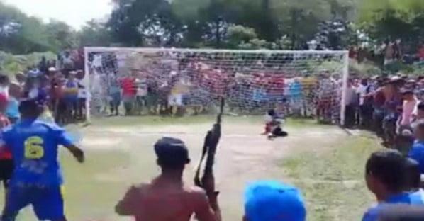 شاهد بالفيديو.. أخطر ركلة جزاء تحت تهديد السلاح