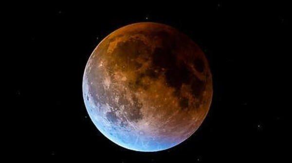 """العالم يترقب ظاهرة """"القمر الأزرق الدموي العملاق"""".. تعرف عليها؟"""