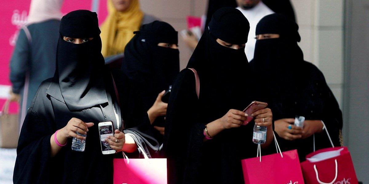 عضو هيئة كبار العلماء في السعودية يقول إن العباءة غير ملزمة للمرأة.. فيديو