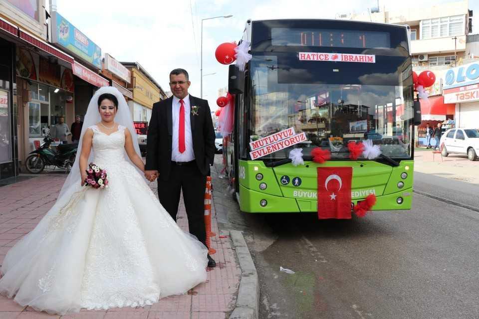 بالصورة.. عروسان تركيان يحتفلان بزواجهما في حافلة النقل العام